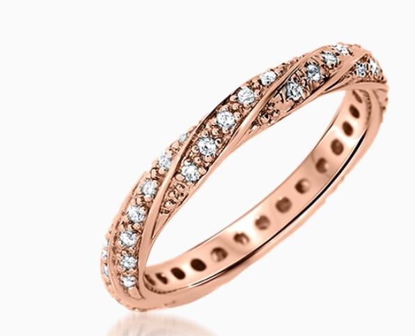 Coup de cœur également pour cette bague très originale. L'or rose est très féminin et on aime aussi sa forme torsadée sertie de diamants en tour complet. Pour sûr, elle attirera tous les regards ! Alliance « Vesta » chez Zeina Alliances en or rose 18 carats et diamants, 819 euros en soldes.