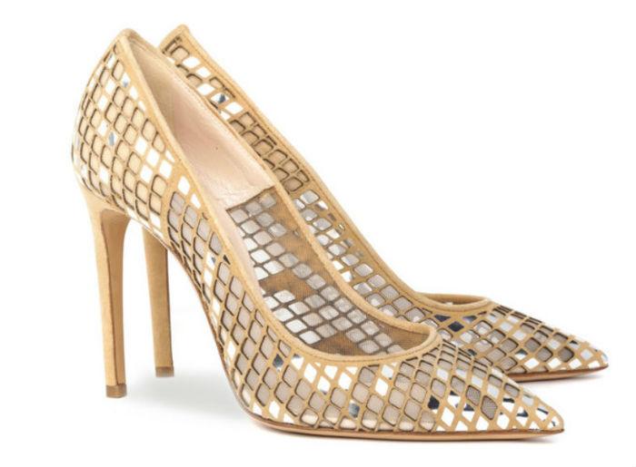 Revoilà l'escarpin à bout pointu et talon très haut (10 cm), mais dans une version totalement revisitée ! On adore ce tissu beige et ces tout petits miroirs qui recouvrent la chaussure. On pourrait se voir dedans : extra, non ? Ils reflètent la lumière et toutes les couleurs, donnant tout le temps une teinte différente à l'escarpin. Ces souliers sont certes très brillants, mais n'en restent pas moins ultra chics ! Escarpins « Evening », Casadei, 650 euros.