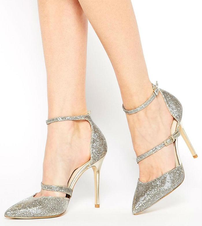 On commence cette sélection de 10 paires de chaussures par ces sandales gris pailleté. Elles sont très fines et élégantes, mais vous maintiendront bien le pied grâce aux deux lanières. En plus, elles se ferment par bride et vous pourrez donc en ajuster la taille. Les bouts sont pointus, très chic, et la chaussure est échancrée sur le côté. Sexy ! Par contre, les talons étant très hauts (10 cm), mieux vaut être habituée, car on espère danser toute la soirée à son mariage ! Escarpins à talons « éclat doré », Karen Millen chez Asos, 145.99 euros.