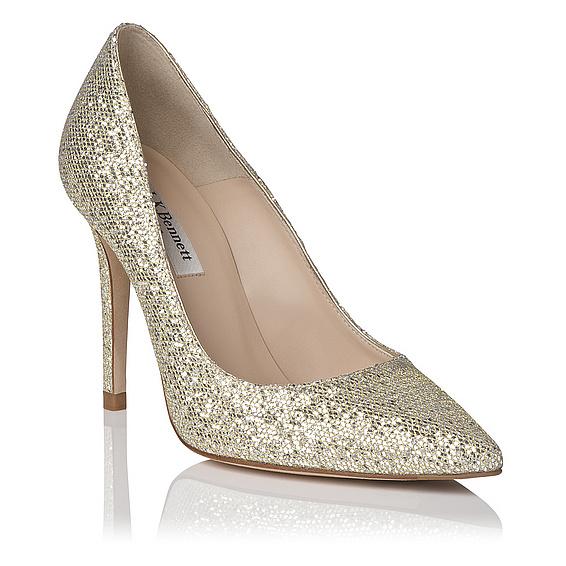 On a trouvé la paire de chaussures idéales pour celles qui veulent un petit peu de paillettes à leur mariage sans en faire trop ! Ces escarpins ont une forme classique, bouts pointus et talons hauts (10 cm). Pas de bijou ici mais un tissu doré pailleté. On imagine bien ces souliers avec une robe courte pour pouvoir les admirer. Et puis ces escarpins chics sont faciles à remettre par la suite pour donner du peps à un tailleur de travail, par exemple. Escarpins « Fern gliter point toe court », LK Bennett, 210 livres soit environ 283 euros.