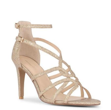 Cette paire de chaussures se situe à mi-chemin entre les deux paires précédentes. Ce sont des sandales à hauts et plutôt fins talons (9 cm), avec également deux brides ajustables à la cheville, et des brides entrelacées sur le bas du pied, le tout donnant une jolie forme élégante. On aime cette teinte d'or rosé, qui se mariera à la perfection avec une robe légèrement colorée, par exemple beige rosé. De vrais souliers de princesse, à un prix abordable pour des chaussures de mariée. Sandales « Mila » Minelli, 89 euros.