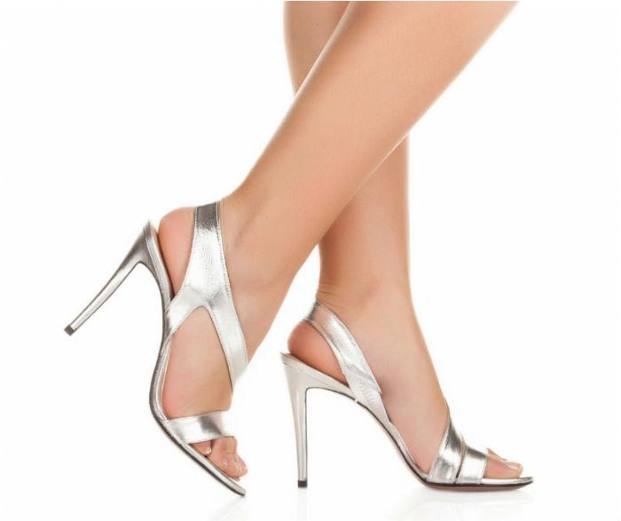 Plus sobres, on aime également ces sandales à brides. Elles sont à hauts talons (10,5 cm environ), sont échancrées au talon et les lanières se croisent au bout du pied. Pas de miroir, de strass ou de paillette ici, mais un tissu gris métallisé. On imagine bien ces sandales associées à une robe de forme « princesse ». Et l'avantage, c'est qu'elles seront faciles à remettre plus tard, par exemple avec un jean foncé ou un slim noir : en soirée, vous ferez sensation ! Sandales « Feriel », Pura Lopez, 205 euros.