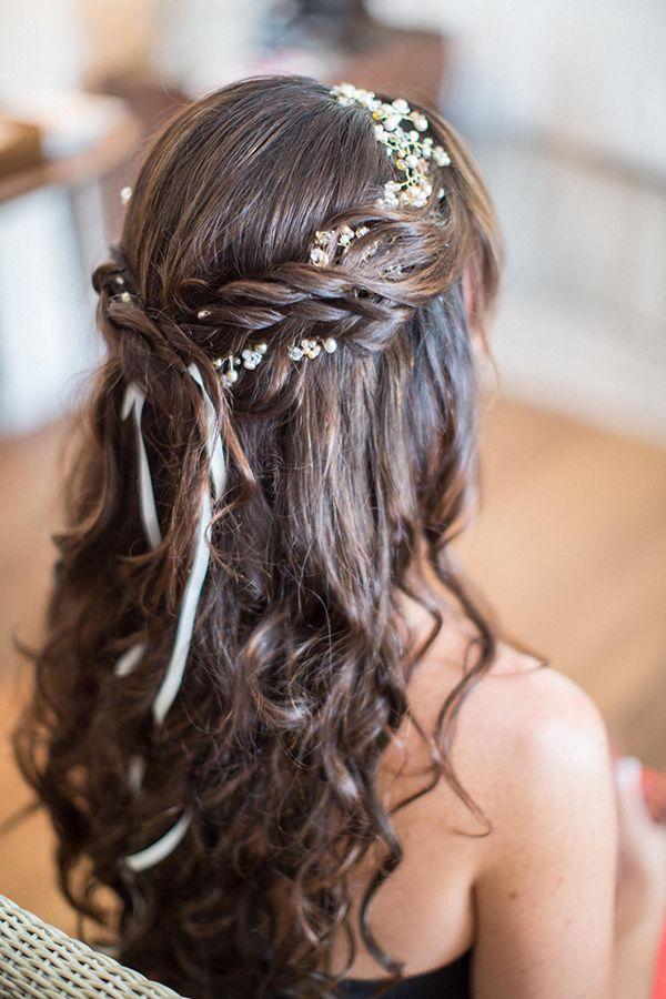 Les cheveux de cette mariée sont également ondulés mais de façon plus floue. Les mèches