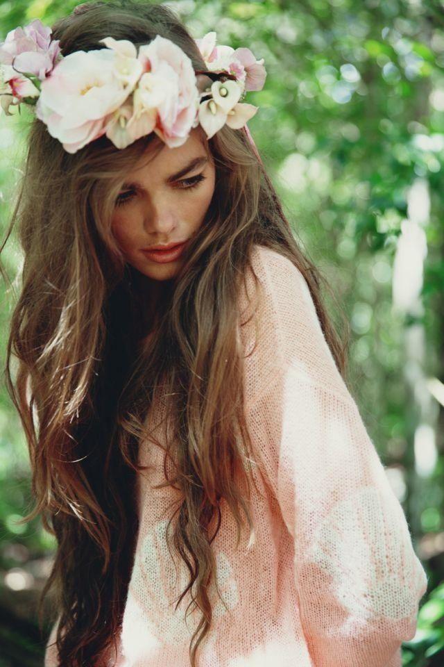 Dans un tout autre genre, on adore cette coiffure ! Une grosse couronne de fleurs beige-rosée vient se poser dans des cheveux lâchés et laissés libres et naturels. C'est osé comme coiffure, c'est sûr, mais le rendu est vraiment beau ! Idéal sur des cheveux très longs pour un petit côté « déesse », la couronne se mariera bien avec une robe fluide, bohème, par exemple à manches longues en dentelle.