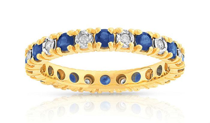 Pour commencer cette sélection, on flashe sur cette alliance en or jaune. Elle est sertie sur le tour complet de diamants et de saphirs par alternance et chaque pierre est entourée de « griffes » pour la maintenir. Original, ces trois couleurs jaune, argenté et bleu mélangées, non ? Vous pouvez être sûre que le jour J, on admirera votre robe mais également votre bague ! En plus, c'est une bonne excuse pour demander à Chéri à vos prochains anniversaires de vous acheter un bijou en or jaune et saphir, pour constituer une parure, non ? Alliance or 750 jaune saphir et diamant, Maty, 959 euros.