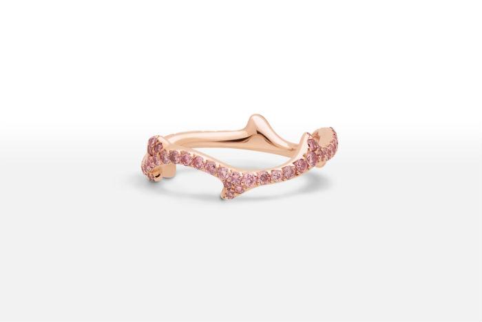 Chez cette autre maison de joaillerie de luxe, on craque pour cette belle bague. En or rose et diamants de la même couleur, elle est ultra féminine : une vraie bague de princesse ! En plus de ces teintes délicates, on aime la forme de l'anneau : il est un petit peu tordu, comme un végétal. Il est censé rappeler la forme de la tige d'une rose. Alliances « Bois de rose », Dior, prix non communiqué.
