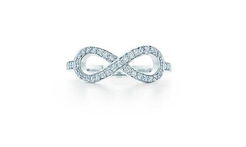 Moins colorée et plus discrète, on aime cette bague qui n'en est pas moins originale et raffinée ! Autre métal utilisé ici pour l'anneau : le platine. La bague est intégralement sertie de diamants. Sur le dessus, une jolie forme symbolise l'infini. Et on espère pour vous que votre mariage le sera aussi ! Bague Tiffany Infinity, 2 550 euros.