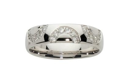 Cette alliance-ci est en or blanc et diamants. Son originalité ne se situe pas forcément au niveau de sa couleur mais plutôt de sa forme. L'anneau est assez large, lisse, et possède sur le dessus trois arcs de cercles incrustés de diamants. Voilà une façon différente de sertir une bague de pierres précieuses. Bonus : elle sera très facile à assortir avec le reste de vos bijoux, de mariage ou de la vie quotidienne. Alliance « Ceania » en or blanc et diamants, Carat et moi, 1 289 euros.