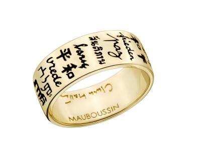 Pas de couleurs de l'arc-en-ciel ici, mais une bague tout de même très originale ! L'anneau est en or jaune, plutôt large, avec écrit gravé en noir les mots « la paix » en 20 langues différentes, pour véhiculer ce message important à travers le monde. Une jolie bague qui a aussi une visée humanitaire, c'est un beau geste non ? Alliance de la paix Clara Halter pour Mauboussin de 700 à 770 euros selon la taille de l'anneau.