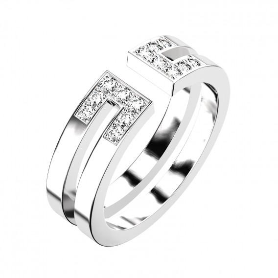 On aime aussi cette alliance fantaisie très moderne et graphique. Elle est constituée de deux anneaux qui ne se rejoignent pas. Sur le dessus, la bague n'est pas « fermée » : un petit espace reste libre entre les diamants sertis en carrés. Voilà une alliance qu'on ne voit pas tous les jours mais qui se mariera facilement avec le reste de vos bijoux de mariage. Alliance « Ariane » semi pavée en or blanc 18 carats et diamants, Gemmyo, 1 090 euros.