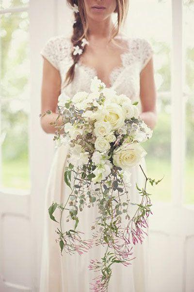 Dernier bouquet en cascade que nous vous présentons dans cette sélection, celui-ci est plus monochrome mais tout aussi joli ! Des roses blanches, de la verdure… Ce bouquet semble léger et aérien ! Parfait pour un look romantique-chic, il se mariera bien également avec une robe toute en dentelle. Bonne idée que l'on repère sur cette mariée : des fleurs blanches délicates piquées dans sa tresse viennent rappeler la teinte majeure de son bouquet !