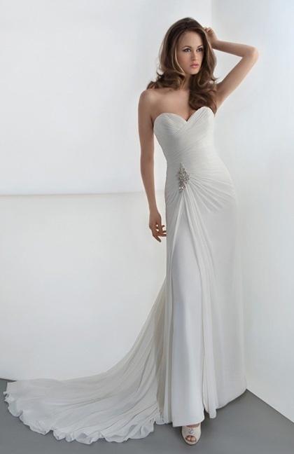 Cette robe Demetrios est sublime pour les grandes mariées à la poitrine importante. Son décolleté-bustier droit et échancré sublime le buste.
