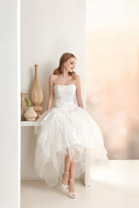 La robe Oreo Sposa collection 2015, convient parfaitement aux mariées petites à faibles poitrines. Le décolleté enserre avec classe le buste du modèle. La matière en voile du reste de la robe donne un effet vaporeux, qui vous grandira.