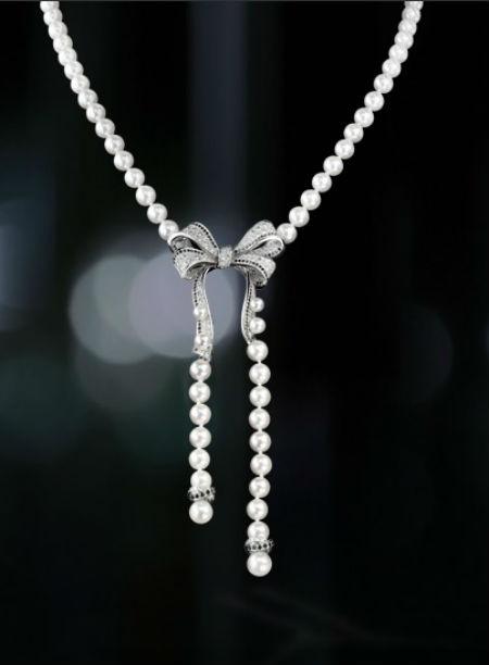 L'élégance même est représentée dans ce bijou ! La célèbre maison de Coco revisite ici le collier de perles en y ajoutant le détail qui change tout et qui époustoufle : un nœud délicat en diamants et diamants noirs qui vient lier les deux rangs de perles. Notez également le petit rappel discret de diamants entre les deux dernières perles. Comment ne pas craquer devant cette somptueuse création ? Collier 1932 en or blanc 18 carats, perles de culture, diamants noirs et diamants, Chanel, prix non communiqué.