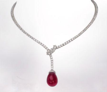 Autre bijou luxueux, on flashe devant ce gracieux et magnifique collier en or blanc 18 carats. De loin, vous pourriez croire qu'il est composé d'une simple chaîne, mais non : le collier est intégralement serti de diamants ! Un vrai bijou de princesse. Au bout du collier, la chaîne est comme nouée et une tourmaline rose en forme de goutte pend. On adore la teinte rouge bordeaux de cette pierre précieuse. Les diamants s'associeront à merveille avec votre robe blanche, et la tourmaline rose apportera une délicate touche de couleur. Collier classique Chaumet, prix sur demande.