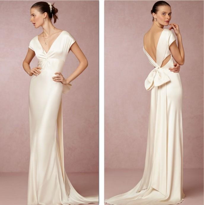 La robe Cassandra Gown de la collection 2015 BHLDN allie élégance, sensualité et classe avec son magnifique décolleté. La robe en soie apporte le côté sensuel à ce modèle, tandis que le nœud présent au bas du dos, la touche de romantisme.