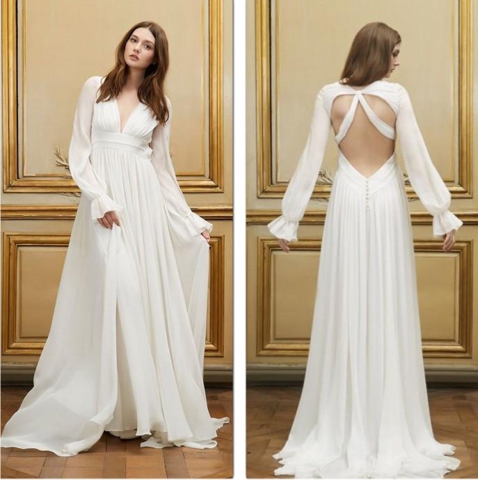 Dans sa collection 2015, Delphine Manivet propose avec ce modèle beaucoup de douceur.  Aliocha, robe de mariée à l'aspect fluide et léger séduit avec ce décolleté de style bohème.
