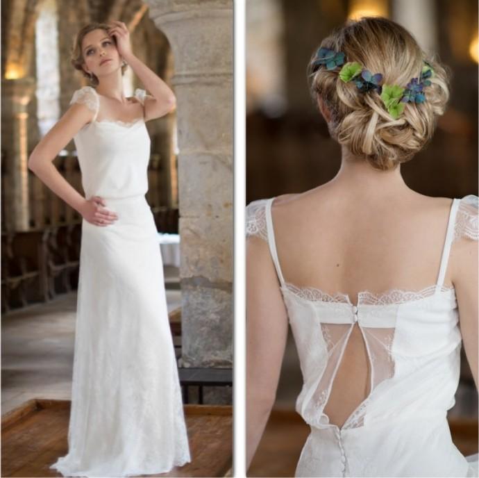 Dans sa collection 2015, Fabienne Alagama nous charme avec sa robe bohémienne-romantique, Roseline. Le décolleté accompagné de dentelle, dévoile subtilement et sensuellement le dos de la mariée.