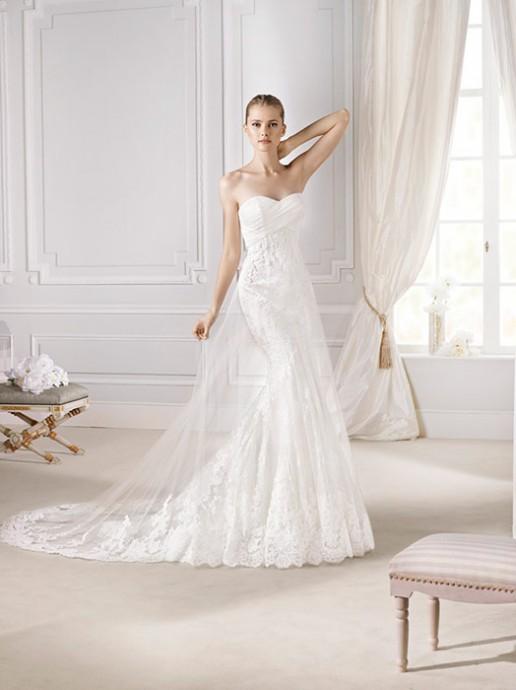 Si vous êtes petite avec peu de poitrine, ce modèle est fait pour vous! Cette robe Denia la Sposa, collection 2015 donne l'illusion d'avoir des jambes plus longues et d'allonger votre silhouette. Son décolleté plissé habille élégamment et en toute discrétion les petites poitrines.