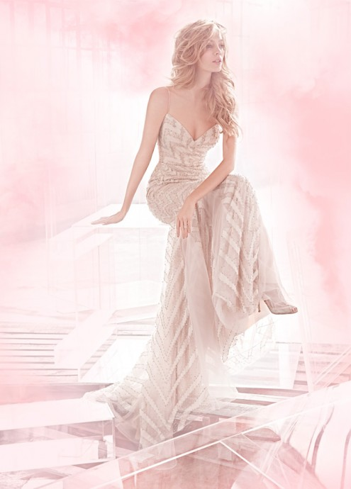 Haley Paige nous propose sa robe empire perlée rose poudrée.Elle est  parfaite pour les filles fines et brunes.