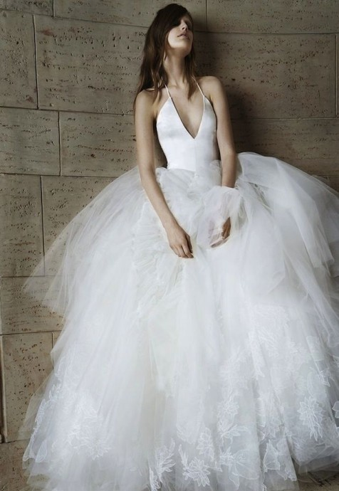 Cette robe de la collection 2015 de la créatrice Vera Wang, est parfaite pour les petites poitrines. Centrée sur le bustier avec son décolleté, cette robe permet d'élancer votre silhouette. Pour ce type de modèle, il est préférable de ne pas avoir une poitrine trop généreuse.