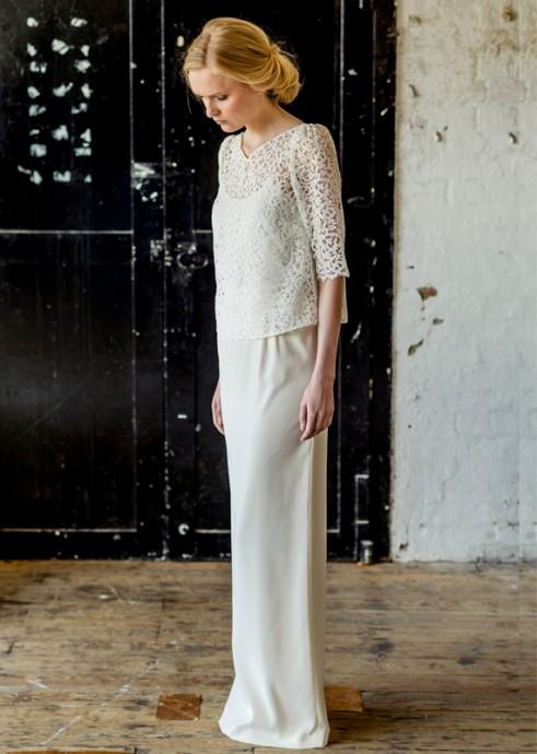 Atelier anonyme propose un top en crêpe de soie pour habiller vos épaules. Il sera parfait avec une robe de type bohème.