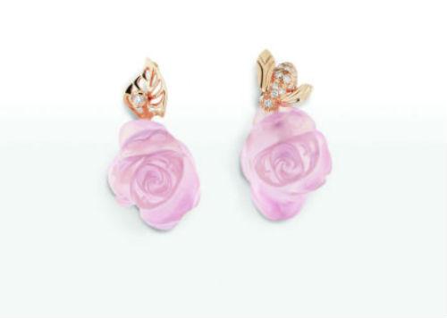 L'une des couleurs du printemps, c'est le rose, que l'on retrouve sur bon nombre de fleurs… Et ces boucles d'oreilles sont justement en forme de fleurs, et rose pâle ! La grande maison de luxe nous présente ici un bijou en forme de rose, taillé à la main : impressionnant ! La fleur  en quartz rose est rehaussée d'une accroche en or rose et diamants. En plus, la boucle d'oreille droite et la gauche ne sont pas identiques à 100% : l'une représente une feuille, tandis que l'autre représente une petite abeille venue butiner la fleur. Plus printanier que cela, pour le coup, on ne fait pas ! Bon, le prix est élevé, mais on a bien le droit de rêver ! Boucles d'oreilles Rose Dior Pré Catelan, en or rose 750/1 000e et quartz roses, 6 800 euros.