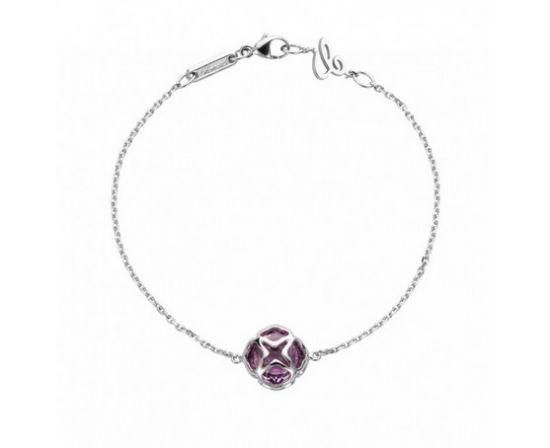Enfin, pour clore cette sélection de bijoux aux couleurs du printemps, voici un bracelet qui fait chavirer nos cœurs. La chaîne en or blanc est classique, à l'exception de ce « C », délicat et superbe, l'initiale du nom de la maison de joaillerie de luxe, inséré à côté du fermoir. On retrouve ici aussi l'améthyste, de couleur violette et d'une taille assez imposante. En forme de bille, elle est encerclée par le métal précieux : on aime ce travail important réalisé dans le métal. Pour ce bijou, la marque dit s'être « inspirée des broderies anciennes ». Belle idée ! Bracelet Impériale Cocktail, en or blanc 18 carats et améthyste, Chopard, prix non communiqué.