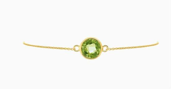 Voici ici un bracelet, fait d'un métal et d'une pierre semi-précieuse différents du bijou précédent, mais dans un même style. Il est composé d'une chaîne fine en or jaune et d'un superbe péridot, cette pierre verte peu connue, encerclé de doré. La chaîne est accrochée grâce à de petits anneaux sur les côtés. Le style est plutôt classique mais très chic, et l'on aime beaucoup cette pierre fine verte, qui change des traditionnels diamants et rubis. Bracelet chance péridot, en or jaune 9 carats, Zeina Alliances, 149 euros.