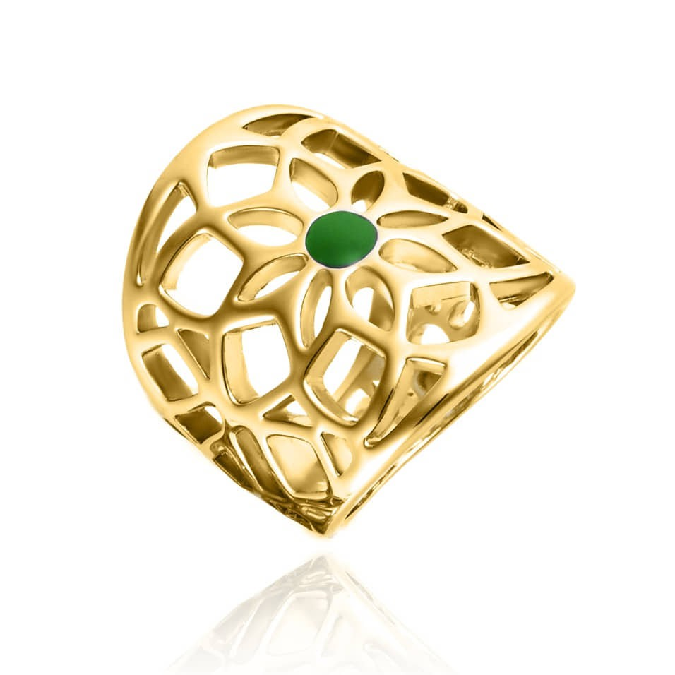 Mêmes couleurs que précédemment mais autre type de bijou : on a flashé sur cette bague à prix extrêmement doux ! Moderne, graphique, elle est en métal doré et pierre verte et représente une grande fleur. On aime le travail ciselé et délicat réalisé dans le métal. Assez imposante, cette bague fantaisie sera facile à assortir avec des bijoux en or jaune, donnera du peps à la tenue de mariage et pourra facilement être portée à nouveau des années après. Bague Masouda, Agatha, 29 euros.
