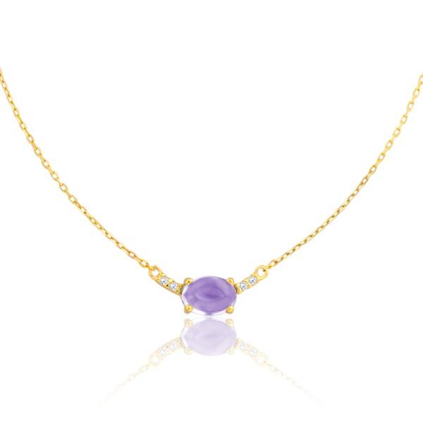 Nous avons également jeté notre dévolu sur ce collier. Il est composé d'une chaîne en or jaune simple mais qui a de l'allure, et d'une pierre améthyste (mauve, donc) en forme d'amande. La pierre fine est maintenue par 4 griffes dorées et entourée à gauche comme à droite de deux diamants, eux-mêmes cerclés d'or. Ce beau bijou luxueux viendra briller au creux de votre décolleté. Collier Hélia améthyste or jaune 18 carats Vandona, Ocarat, 303 euros.