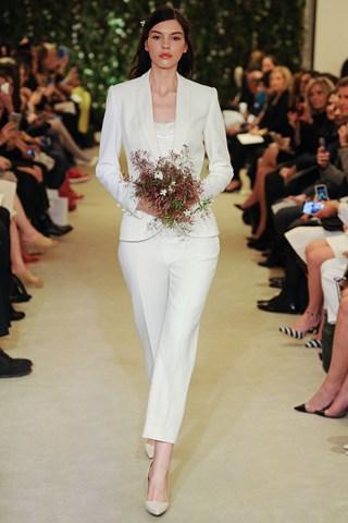 Carolina Herrera a osé le tailleur pour cette Bridal Week, simple et efficace pour celles qui ne veulent pas de robe.