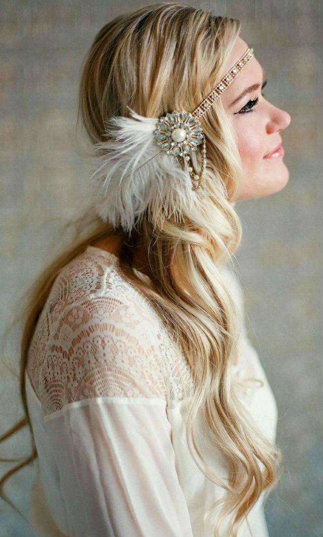 On finit cette sélection de 10 coiffures à plumes avec celle-ci, très romantique et bohème. La mariée a des cheveux blonds très longs, légèrement ondulés et un peu « wavy », laissés lâches. Pour accessoiriser ses cheveux, elle porte très bas un headband majestueux. Il est composé de perles, de bijoux dorés et bleus et bien sûr, d'une grosse plume blanche. La taille du bijou étant conséquente, il est préférable d'avoir les cheveux très longs et assez épais comme ici pour ne pas que l'accessoire nous cache trop la tête. Le serre-tête s'associe à merveille avec cette robe blanche aux manches longues et dentelle sur le décolleté, pour un look hippie. Le maquillage des yeux est assez prononcé tandis que lèvres et joues sont teintées de pêche. On adore !