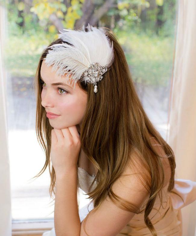 Autre coup de cœur pour cette coiffure raffinée. La mariée a laissé ses longs cheveux châtain au naturel. Elle porte cependant un très bel accessoire de cheveux. Il est composé d'un gros bijou argenté serti de perles et de strass, et de plusieurs plumes blanches, comme celles d'un beau cygne. Il se marie bien avec la robe en dentelle blanche bustier et un maquillage très léger. Un look qui fait très « années 20 » ou « lac des cygnes ». Vous êtes prêtes pour vous transformer en petit rat d'opéra ?