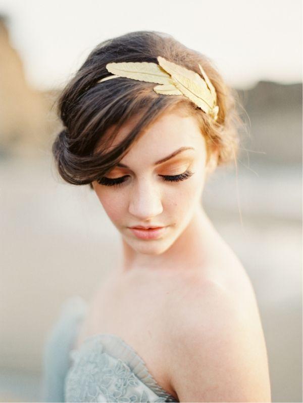 les mari es sont belles avec des plumes dans les cheveux. Black Bedroom Furniture Sets. Home Design Ideas