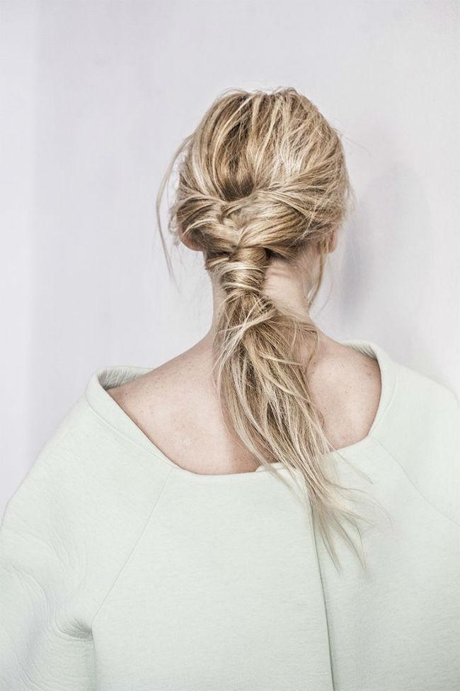 Dans le même genre, on a également repéré cette coiffure. Ici aussi les cheveux sont enroulés sur eux-mêmes pour créer la queue de cheval. Cependant, ils ne sont pas autant tirés à l'arrière de la tête et sont noués plus bas sur la nuque. Le résultat est un petit peu « fou fou », des mèches s'échappent de l'attache, on dirait presque que les cheveux ont été attachés « à la va vite », au saut du lit. Idéal si votre robe est très sage et que vous voulez donnez une touche rock'n'roll à votre tenue.