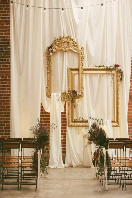 Vos cadres peuvent décorer le lieu de la cérémonie et ainsi la rendre plus majestueuse notamment si vous utiliser de très grands cadres préalablement peints de peinture or.