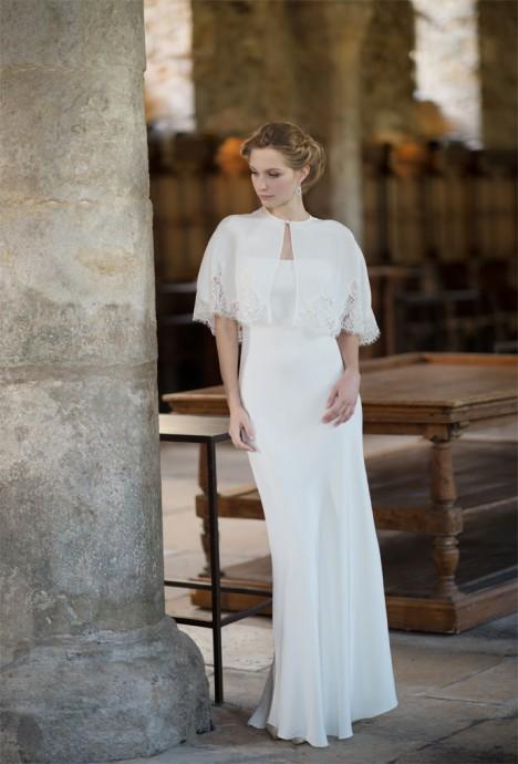 Fabienne Alagama fait le choix d'un boléro en tissu opaque. On aime la finesse et le détail de la dentelle qui font le bas du boléro.
