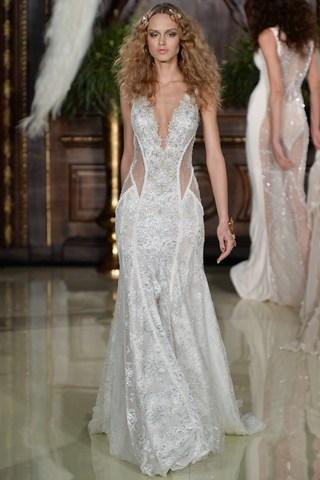 La robe affriolante Galia Lahav joue sur décolleté plongeant et transparence à la Bridal Week.