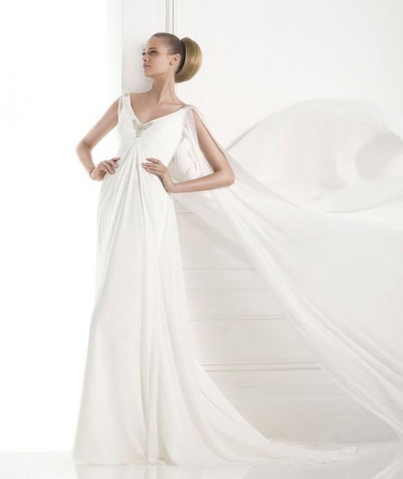 Fashion pronovias joue sur la fluidité de sa robe empire Maxima pour un rendu encore plus impressionnant