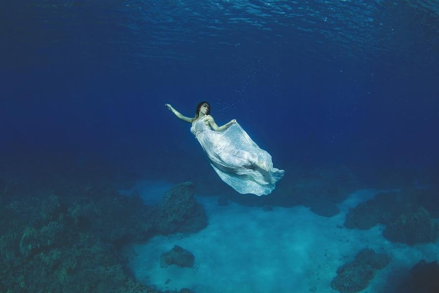 des photos de mariage sous l 39 eau c 39 est magique. Black Bedroom Furniture Sets. Home Design Ideas