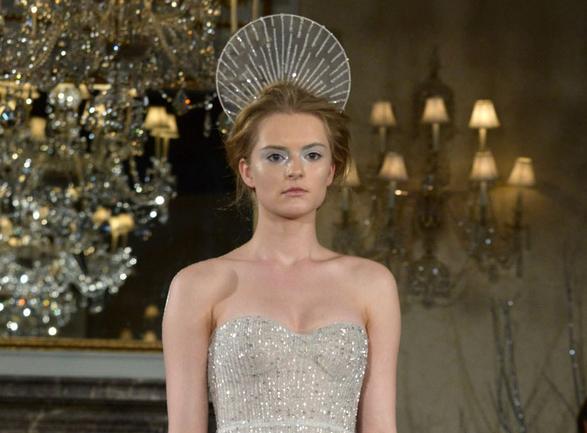 Une auréole comme coiffe ainsi qu'un maquillage blanc très prononcé : les mannequins de Mira Zwillinger sont angéliques.