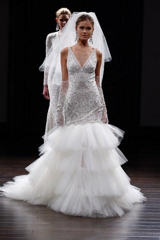 La robe sirène de Naeem Khan, pleine de détails et d'élégance en haut et volumineuse en bas nous réconcilie avec le froufrou !