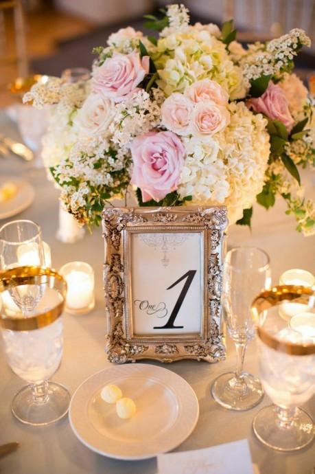 Si vous avez des petits cadres photos et que vous ne voulez pas en faire un plateau, vous pouvez les utiliser pout mettre le nom ou le numero de vos tables. Une photo, un chiffre, une phrase, vous pouvez donner libre cours à votre imagination.