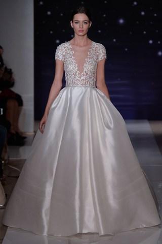 Allier décolleté plongeant et élégance, l'une des spécialités de Reem Acra qui excelle à la Bridal Week avec cette robe.