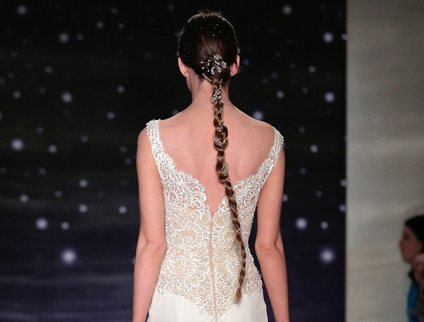 Si au devant, les coiffures choisies par Reem Acra semblait sage, lorsque la mannequin se retourne on y découvre une longue tresse ornée de bijoux et de diamants, on adhère complètement !