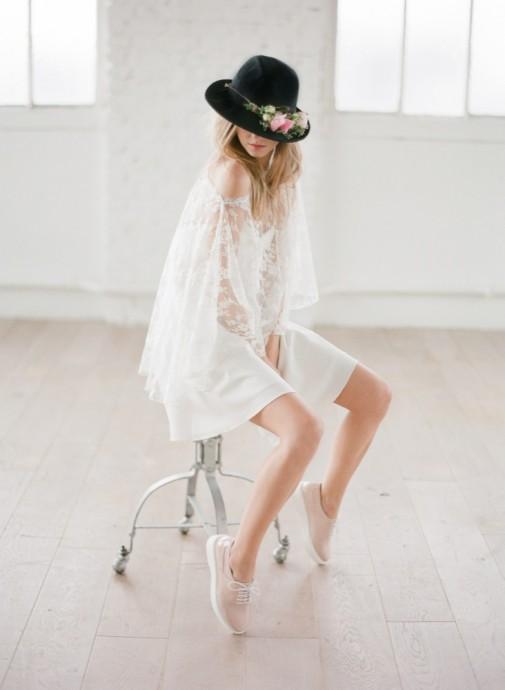 Rime Arodaky  associe à sa robe BREE un par-dessus avec des manches longues en dentelles. On aime la pssibilité de faire tomber la manche pour une tenue un peu plus sexy après la cérémonie.