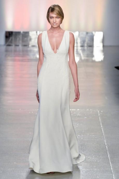 Rivini by rita propose une robe empire toute simple avec un décolleté en V très échancré pour un aspect glamour réussi