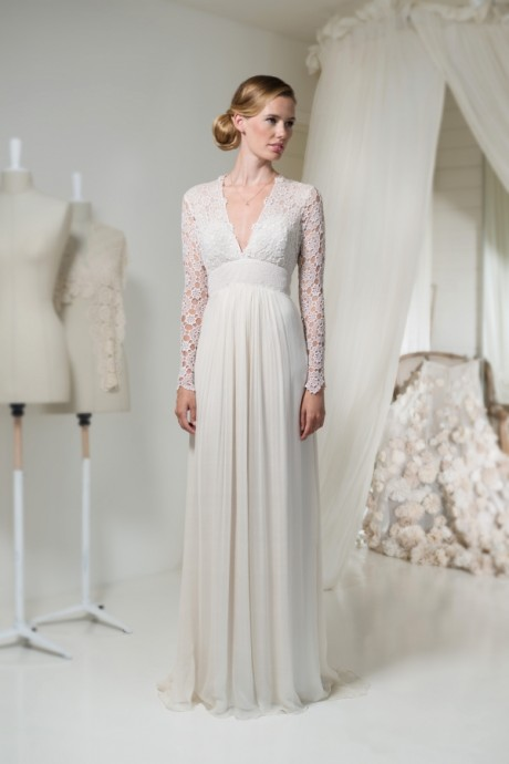 Sur son modèle Royaye Sefid, la créatrice Leila Hafzi fait le choix de la dentelle et des manches longues pour une robe empire très romantique