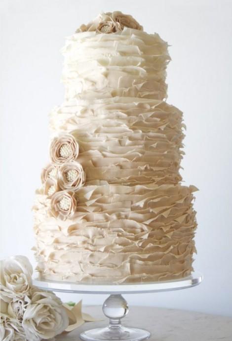 Pour celles qui rêvent d'un mariage plus classique mais que le wedding cake ou la pièce montée n'ont pas séduites, voilà le ruffle cake dont vous rêvez !